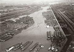 Am Berliner Ufer des Spreehafens liegen die Binnenschiffe neun Reihen tief - Wassertreppen, die sich mit dem Tidenhub bewegen führen hinunter zu den Liegeplätzen. Auch am Spandauer Ufer und dem Niedernfelder Ufer des Veddel Kanals haben sehr