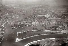 historisches Flugbild vom Hamburger Hafen; im Vordergrund der Köhlbrand; direkt dahinter der Kohleschiffhafen mit den Ladekranen am Toller Ort. Rechts dahinter der Vulklanhafen mit Helgen der Vulkanwerft / Howaldtswerft - dahinter der Roßhafen +