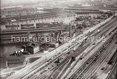 Luftfoto vom Hansahafen - lange Güterzüge stehen auf den Gleisanlagen des Güterbahnhofs Hamburg Süd. Am India Kai des India Hafen die hohen Schornsteine einer Kokerei - dahinter der Bremer Kai und das Lübecker Ufer des Hansa Hafens. Hinter dem O'