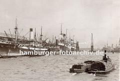Blick in den Hansahafen; links liegen Frachter am O´swaldkai - eines der Schiffe wird über einen schwimmenden Getreideheber entladen, daneben ist ein grosser Schwimmkran zu erkennen. Ganz im Hintergrund ist die Silhouette der Wohnblocks auf der Ve