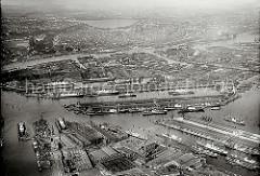 Der Hamburger Hafen aus der Luft - im Vordergrund links der Vulkanhafen; rechts der Roßhafen, dahinter der Ellerholzhafen und ein Teil des Oderhafens. Im Bildzentrum das Hafenbecken des Kaiser Wilhelm Hafens und der Kuhwerder Hafen. In der ob
