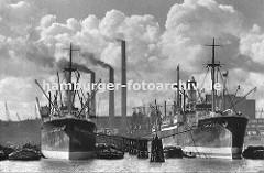 In der Mitte des Hafenbeckens vom Oderhafen stehen die hölzernen Duckdalben in einer langen Reihe - links und rechts haben Frachtschiffe fest gemacht; auf die dazwischen liegendem Schuten und Leichter wird die Ladung der Frachter gelöscht. Im Hint