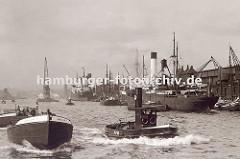 Blick über den Hansahafen zur Elbe; im Hintergrund ist der Zeitball-Turm vom Kaiserspeicher ( Kaispeicher A ) zu erkennen. Rechts liegen Frachter am O´swaldkai, ein Schwimmkran fährt Richtung Elbe.