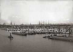 Im Moldauhafen liegen die Elblastkähne in mehreren Reihen am Prager Ufer vor Anker. Dahinter sind die Masten eines Segelschiffs und geschlossene Güterwagen am Holthusenkai zu erkennen - am gegenüber liegenden Ufer der Elbe der Kirchenpauerkai un