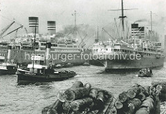 Dampfer der Deutsch-Afrikalinie im Hamburger Baakenhafen - Schuten mit Baumstämmen, Schlepper Auguste.