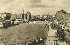 Blick von der Oberhafenbrücke auf den Oberhafen, die Wandrahmsbrücke sowie Speichergebäude der Speicherstadt im Hamburger Freihafen.