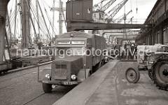 Ein LKW der FAUN Werke Nürnberg steht an der Laderampe des Roßhafens, die Plane der Ladefläche des Lastkraftwagens ist geschlossen - eine Anzeige über der Fahrerkabine weist darauf hin, dass der Laster im Auftrag der Bundesbahn fährt. Ein Traktor