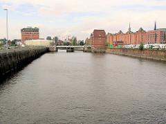 Blick in den Ericusgraben von der Oberhafenbrücke zur Ericusbrücke. (2004)