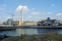 Blick über den Hamburger Oberhafen zum Deichtor / Deichtorhalle; Baustelle mit Baukran vom Deichtorcenter. Lks die Ericusspitze mit Stellplätzen für Wohnmobile.