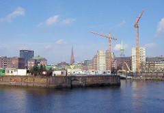Blick über den Ericusgraben zum Hamburger Oberhafen am Deichtor; Baustelle mit Baukran vom Deichtorcenter.  Im Vordergrund die Ericusspitze mit Stellplätzen für Wohnmobile.