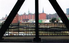 scan_27-2001 Blick von der Oberhafenbrücke in den Ericusgraben zur Ericusspitze - Wohnmobile haben dort geparkt. Im Hintergrund die Gebäude der Speicherstadt - links das Brückengebäude der Ericus-Drehbrücke. (2001)