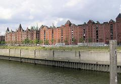 Blick über den Ericusgraben zum Brooktorkai und die Speichergebäude der Speicherstadt. 2004