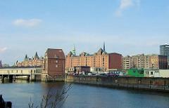 Ericusgraben mit Ericusspitze in der Hamburger Hafencity - im Hintergrund die Speichergebäude der  Speicherstadt (2001)