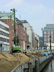 Fotos aus dem Hamburger Stadtteil Neustadt, Bezirk Hamburg Mitte; Blick von der Schaartorschleuse auf die Baustelle am Alsterfleet / Admiralitätsstraße. (2001)