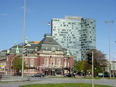 Bilder aus dem Hamburger Stadtteil Neustadt, Bezirk Hamburg Mitte. Blick über den Johannes-Brahms-Platz zur Laiszhalle, dahinter das Unilever Hochhaus (2001).