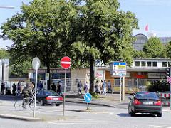 Blick vom Steintorplatz über die Adenauerallee zum alten Eingang vom Hamburger ZOB - im Hintergrund weht eine Flagge auf dem Gewerkschaftshaus.
