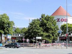 Blick vom Steintorplatz über die Adenauerallee zum alten Eingang vom Hamburger ZOB, re. der Luftschutzturm, der als Schnellrestaurant genutzt wird.