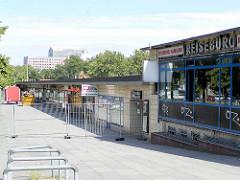 Ladenzeile / Reisebüros am Hamburger ZOB / Adenauerallee - Architektur der 1950er Jahre.