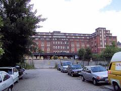 """Parkende Autos am Hühnerposten in Hamburg Hammerbrook; Gebäude vom Bahnpostamt - ehem. Postverteilungszentrum, erbaut um 1902; aufgestockt 1922 - seit 2000 unter Denkmalschutz; wurde ab 2001 zum sogen. """"Office-Park"""" umgestaltet."""