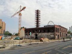 Teilweise Abriss der ehem. Maschinenfabrik an der Simon von Utrecht Strasse - Baustelle mit Kran in Hamburg St. Pauli.