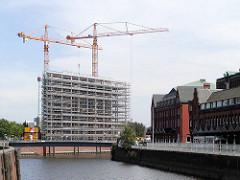 Baustelle vom Bürogebäude Deichtorcenter am Zollkanal / Oberhafen in der Hamburger Altstadt - davor der Wandrahmsteg, lks. das Hauptzollamt Hafen, Alter Wandrahm. (2001)