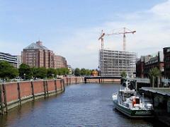 Blick über den Zollkanal - lks. das Hamburger Kontorhausviertel in der Altstadt / Messberghof - in der Bildmitte die Baustelle, der eingerüstete Rohbau vom Deichtorcenter. (2001)