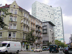 Mehrstöckige Wohnhäuser / Gründerzeitarchitektur an der Caffamacherreihe - Unileverhochhaus.