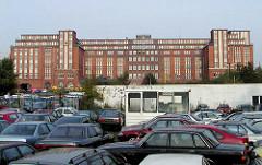 Gebrauchtwagenhandel an der Amsinckstraße in Hamburg Hammerbrook; im Hintergrund das Gebäude vom Bahnpostamt Hühnerposten (2001)