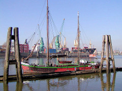 Segelschiffs im Travehafen / Roeloffs Ufer; im Hintergrund ein Frachschiff am Sthamerkai vom Oderhafen / Oderhöft.