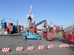 Altes Foto von der Containerverladung / Containertransport auf dem Gelände des Buss Hansa Terminal im Hamburger Oderhafen. (2002)