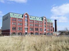 Altes Speichergebäude mit Winden unter dem Dach in Hamburg Rothenburgsort / Entenwerder. Das Gebäude wird jetzt für Büros genutzt.