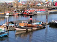 Schiffe im Travehafen - Hafenbecken im Hamburger Hafen; Stadtteil Hamburg Steinwerder.