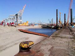 Bunkerreste / Becken der Howaldtswerft Hamburg / Blohm + Voss im Vulkanhafen / U-Boot Bunker Elbe II; zur Erweiterung des Container Terminals Tollerort wurden die Bunker abgetragen, mit einer Erdschicht überdeckt.