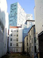 Wohnhäuser an der Speckstrasse im Hamburger Stadtteil Neustadt - Hochhaus / Unilevergebäude.