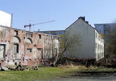 Alte Ziegelmauer - eines der beiden alten Terrassenhäuser in der Talstrasse.