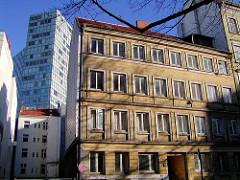 Wohnhäuser in der Speckstrasse der Hamburger Neustadt, dahinter das Gebäude vom Unileverhochhaus.