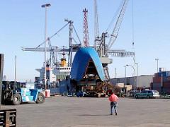 RoRo Frachtschiff mit hochgeklappten Bug am Sthamerkai vom Oderhafen in Hamburg Steinwerder.  (2002)