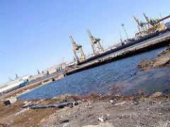 Bunkerreste / Becken der Howaldtswerft Hamburg / Blohm + Voss im Vulkanhafen / U-Boot Bunker Elbe II; zur Erweiterung des Container Terminals Tollerort wurden die Bunker abgetragen, mit einer Erdschicht überdeckt. (2002)