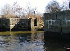 Betonmauer am Hamburger Köhlbrand, ehem. Anlegestelle der Köhlbrandfähre, die bis 1974 in Betrieb war.