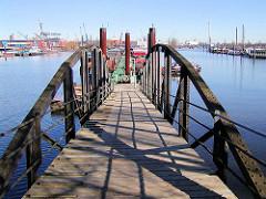 Wassertreppe im Travehafen - Hafenbecken im Hamburger Hafen; Stadtteil Hamburg Steinwerder.
