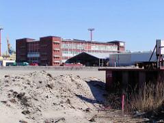Bunker der Howaldtswerft Hamburg / Blohm + Voss im Vulkanhafen / U-Boot Bunker Elbe II; zur Erweiterung des Container Terminals Tollerort wurden die Bunker abgetragen, mit einer Erdschicht überdeckt und Containerlagerfläche geschaffen. (2002)