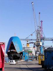 RoRo Frachtschiff mit hochgeklappten Bug am Sthamerkai vom Oderhafen in Hamburg Steinwerder. Verladung von KfZ - ein Auto hängt im Ladegeschiff am Kran.  (2002)
