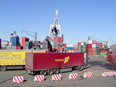 Altes Fotografie von der Containerverladung / Containertransport auf dem Gelände des Buss Hansa Terminal im Hamburger Oderhafen. (2002)