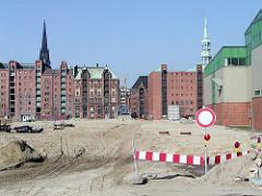 Sandarbeiten beim Sandtorhafen - im Hintergrund Speichergebäude / Kibbelstegbrücke und die Kirchtürme der Nikolaikirche, Katharinenkirche. (2002)