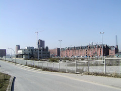 Kesselhaus in der Hamburger Hafencity, Speicherstadt; Blick über das Gelände am Kaiserkai zum Sandtorhafen und der Speicherstadt (2002).