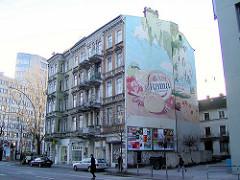 Wohnhäuser an der Caffamacherreihe - Hamburger Neustadt; Rama Werbung an der Hausfassade.