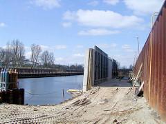Bauarbeiten am Haken in Hamburg Rothenburgsort / Entenwerder - der Fusweg Alexandra Stieg / Fernradweg Elbe wird gebaut.