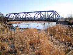 Der Ellerholzkanal, die Verbindung zwischen dem Rosshafen und dem Rodewischhafen / Travehafen wird ab 2000 zugeschüttet, die Brücken sind geblieben. (2002)