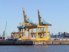 Eine Barkasse verlässt den Ellerholzhafen - im Hintergrund Krananlagen im Kaiser-Wilhelm-Hafen - Bilder aus Hamburg Steinwerder.