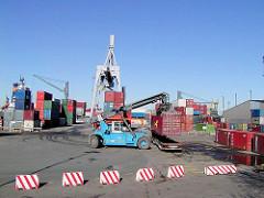 Altes Bild von der Containerverladung / Containertransport auf dem Gelände des Buss Hansa Terminal im Hamburger Oderhafen. (2002)
